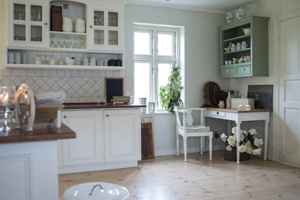 Farmhouse Popular Interior Design Style and the Home Decor pieces to have for each of them: Farmhouse white kitchen